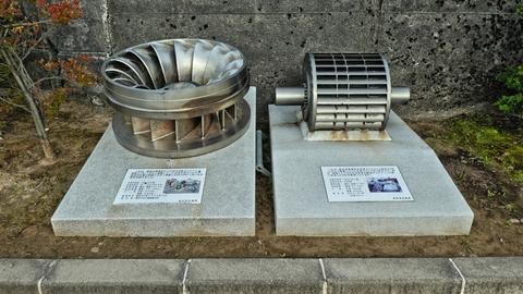 水車ランナの展示。左は新辰巳・右は新上寺津発電所のもの