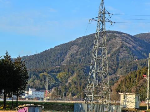 突如電柱に繋がっている鉄塔は手取川横断用