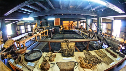 杉原家2階 たくさんの生活用品が並ぶ
