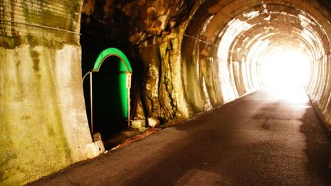 雄島隧道。途中に仏像が安置されている