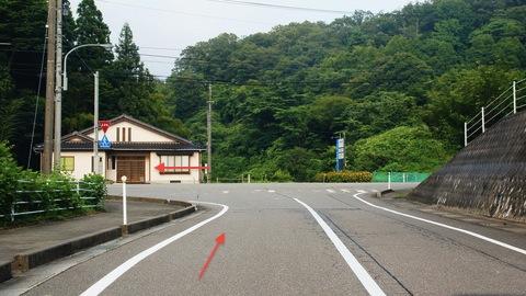 県道10号線を左