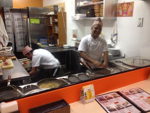 オープンキッチンは手が届く距離。手間のかかった調理風景も楽しみの一つ