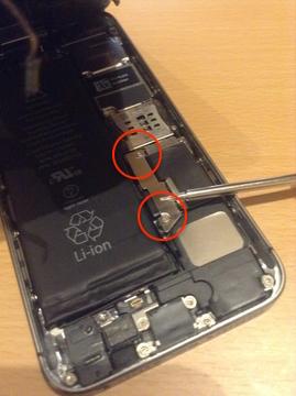 バッテリーケーブルのカバーのネジ2本を外す