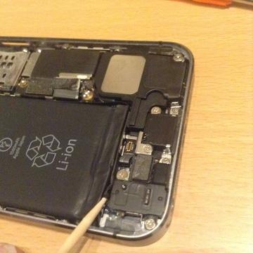バッテリーの下側のヒダを取り出す