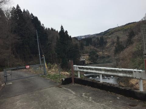 蛇行する舗装路を登ると新内川ダムが