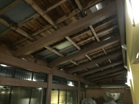 板張りの屋根で雨の日は雨音の情緒