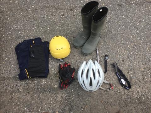 必要な道具 地図と方位磁石と手袋とヘッドライトは必須。ヘルメットできれば