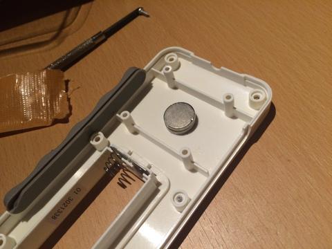 ネオジウム磁石をテープで固定