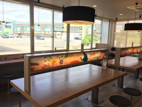 店内の様子。金沢らしい加賀友禅デザインのテーブル