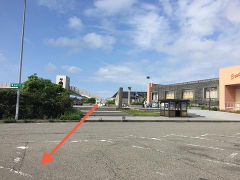 一般道駐車場側からPA駐車場を横切る