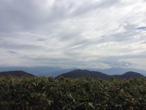 大日山頂を始め周辺の山々を一望できる