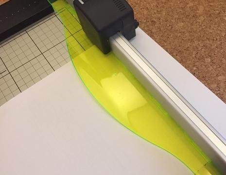 驚くほど綺麗に簡単に切れるカール事務器の裁断機