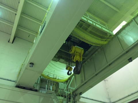 建屋の天井には巨大なクレーン