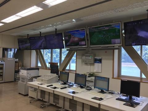手取川ダム管理棟内部。様々な情報が表示