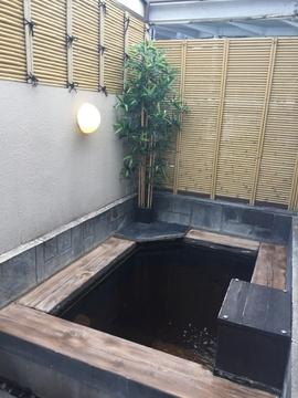 扉を開けるとヒノキの露天風呂