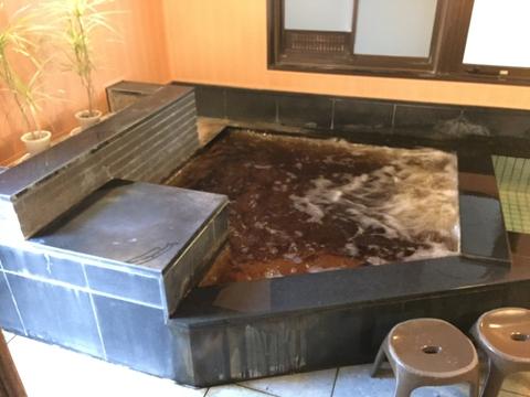 バブル付きの褐色の湯、観葉植物がおしゃれ