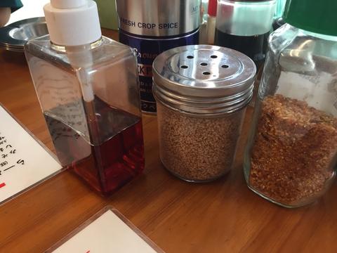 テーブルの上。ラー油ピストンが印象的