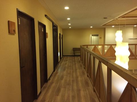 3階の回廊。横の和風行灯がおしゃれ