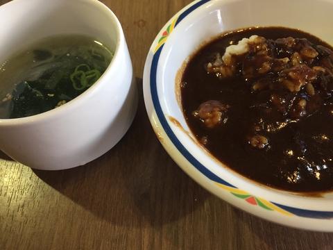 肉たっぷりが溶け込んだ胡椒系黒カレーも食べ放題