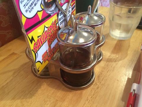テーブルに置かれたタイの定番調味料セット