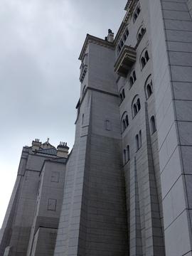 山上高くそびえる白鳥城へはモノレールでのぼる