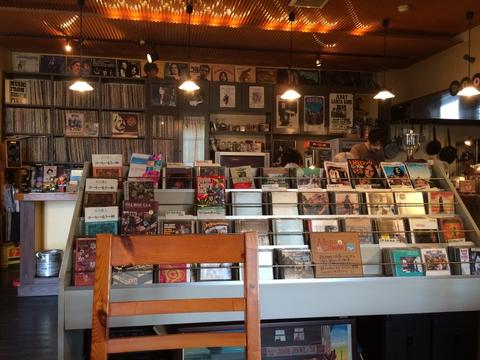 中央にCD棚でまるでレコード店