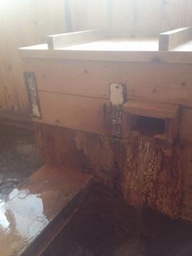 掛け流しの噴出口には独特の堆積物が