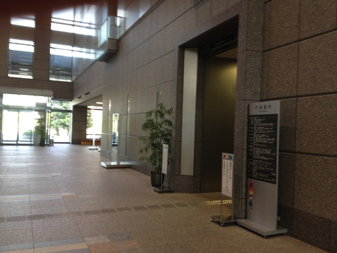 入り口からエレベーターで19階へ