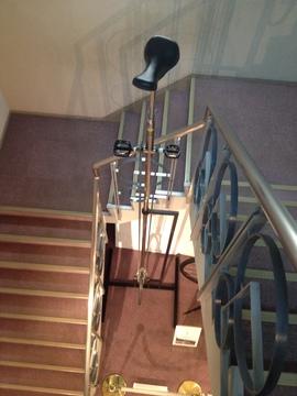 1Fへの階段には巨大な一輪車が