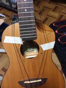 マスキングテープで弦を広げる