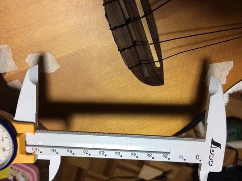 マスキングテープで印をつけてケーブル長を測定