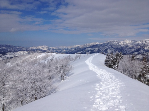 手取湖と白山の絶景の稜線を歩く