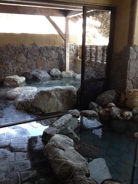 岩風呂は2つ、名物ドーンの音にびっくり