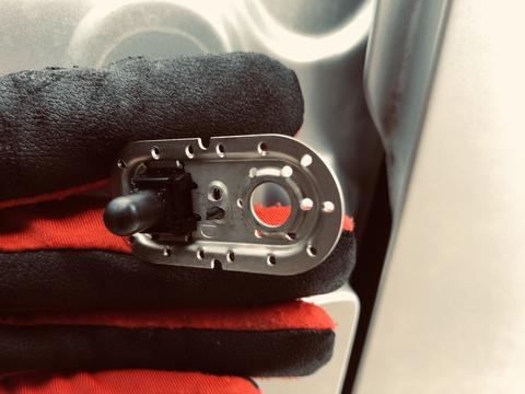 カバーを外したカーテシスイッチ