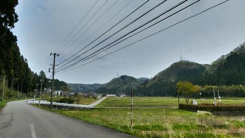 鍋谷町に入ると山の上に大黒部幹線の鉄塔が連なっているのが見える