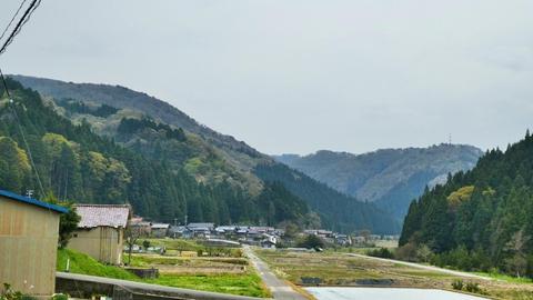 更に進んで右奥南西方向山頂に別の鉄塔。今回の目的地がある加賀東金津線鉄塔だ