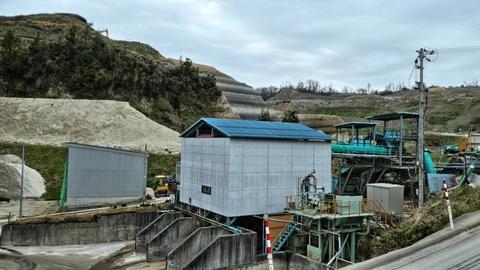 巨大な採石場、裏側は先程のカガライト工場で間を山王坂歩道が通っている