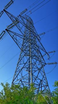 鉄塔の真横を通過。北陸電力 中央幹線44番鉄塔