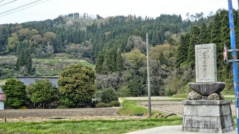 権殿山はこの辺りで唯一名のある山。道端に記念碑が多い
