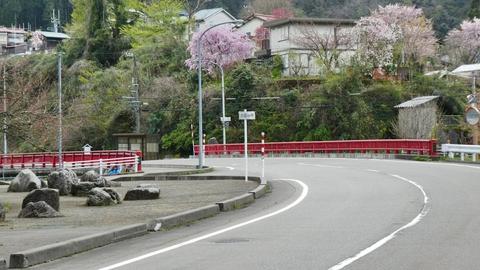 森下川とはここでお別れ。岩と赤い橋が印象的