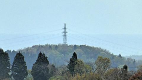 奥の山の上に建っているのは北金沢線115番の鉄塔、帰りに国道213号からもう一度見れる