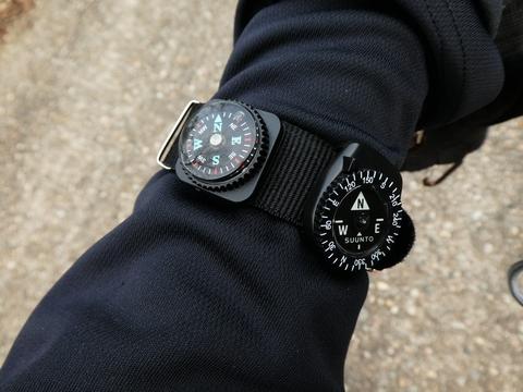 同時につけてみた。ちなみにバンドはダイソーの腕時計用
