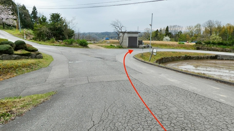 坂を戻ってさっきの交差点を右手沿いに