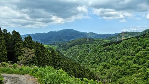 ここから一部舗装、右前には見覚えのある高尾山登山口鉄塔が