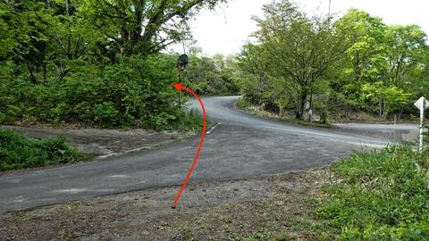 車道に出て矢印の方向に医王の里の登山道口がある
