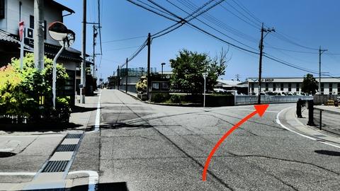 駅を背中に駐車場前から右に道沿い