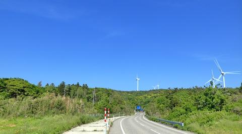 真っ青な空に巨大風車群が映える