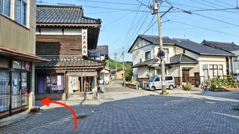 石畳の古い町並み。呉服屋の手前少路を入っていく