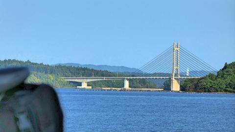 海の向こうにツインブリッジが見えた