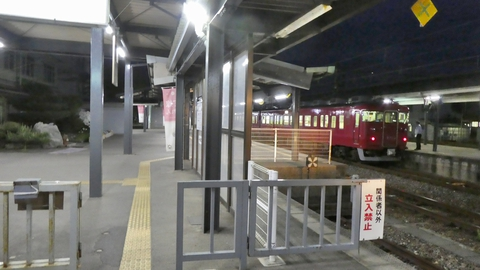 七尾駅、向こうのホームに高松への電車がスタンバイ